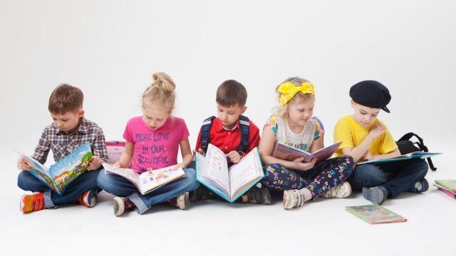 本を読んでいる子供達