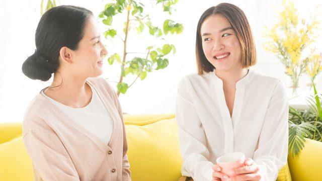 おしゃべりしている2人の女性