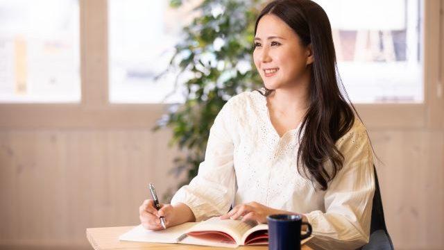 資格勉強をしている女性