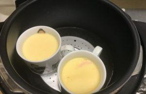 出来上がった茶碗蒸しをうち鍋から2個取り出したところ。