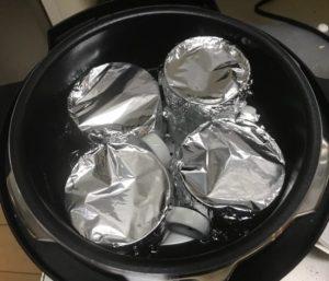 卵液を入れた容器を圧力鍋の中にそーっと入れ、水を注ぎます