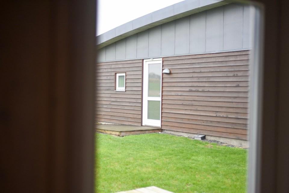Aus dem Fenster hat man direkten Blick auf den Nachbarn. (Foto: Andreas Lerg)