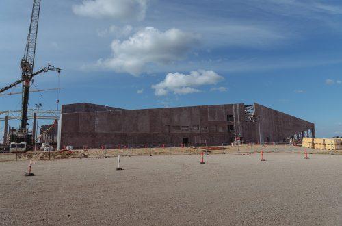 """Der gigantische Beton-Rohbau der """"Spaß-Fabrik"""". (Foto: Andreas Lerg)"""
