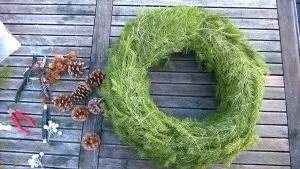 Ferdig selvlaget julekrans av granbar