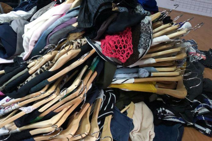 Opruimen met Marie Kondo alle kleding op een stapel