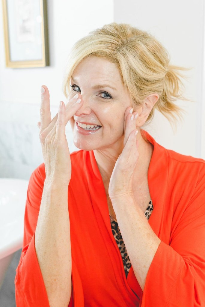 CLÉ DE PEAU WRINKLE SMOOTHING SERUM SUPREME | Product Review: CLÉ DE PEAU WRINKLE SMOOTHING SERUM SUPREME by popular beauty blogger Tanya Foster: image of a woman applying Clé de Peau Wrinkle Smoothing Serum Supreme