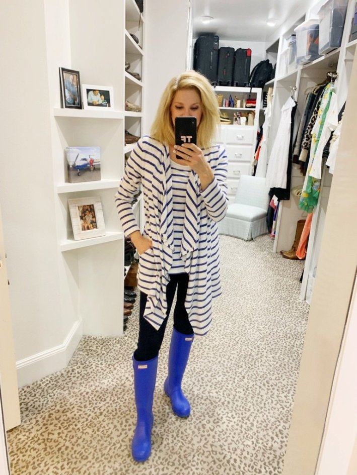 Don't let a rainy day keep you from being fashionable. Soma tee and cardigan with Veronica Beard skinny jeans and Hunter boots