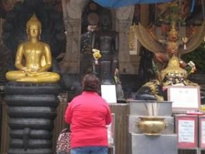 Lady praying_Bangkok - Pic by Tanya Munshi