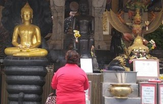 Lady praying_Bangkok - Pic by Tanya Munshi