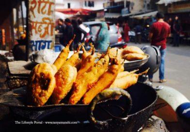 Freshly fried kachoris and mirchi pakodas