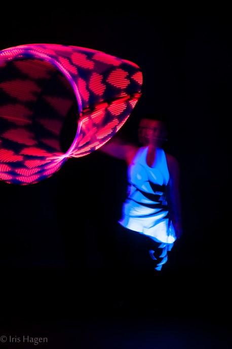 Leuchtend rote Herzen mit dem MATRIX LED Hoop