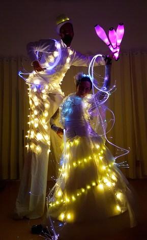 Licht-Walking Act LUNAÏS - am Boden und auf Stelzen