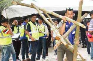 長屋居民用木材設立路障,最終遭警方為疏通道路而拆除。