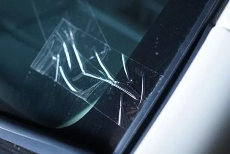 飛び石で車のフロントガラスが破損した場合の応急処置と車両保険の適用