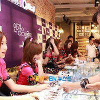 Look Optical fan signing event