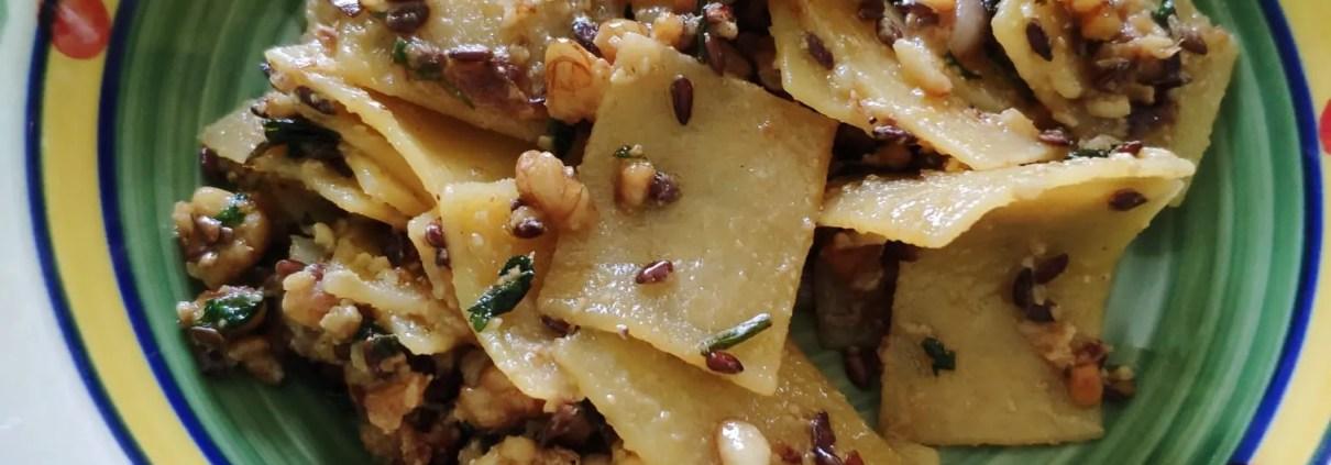 Maltagliati con noci, pinoli e semi di lino