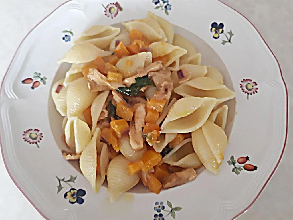 Conchiglie-rigate-con-zucca-funghi-e-pecorino