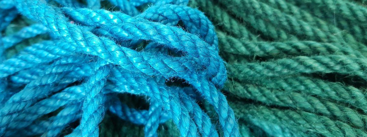 Die Geschichte von der bunten Jute – Wie wir unsere Seile gefärbt haben