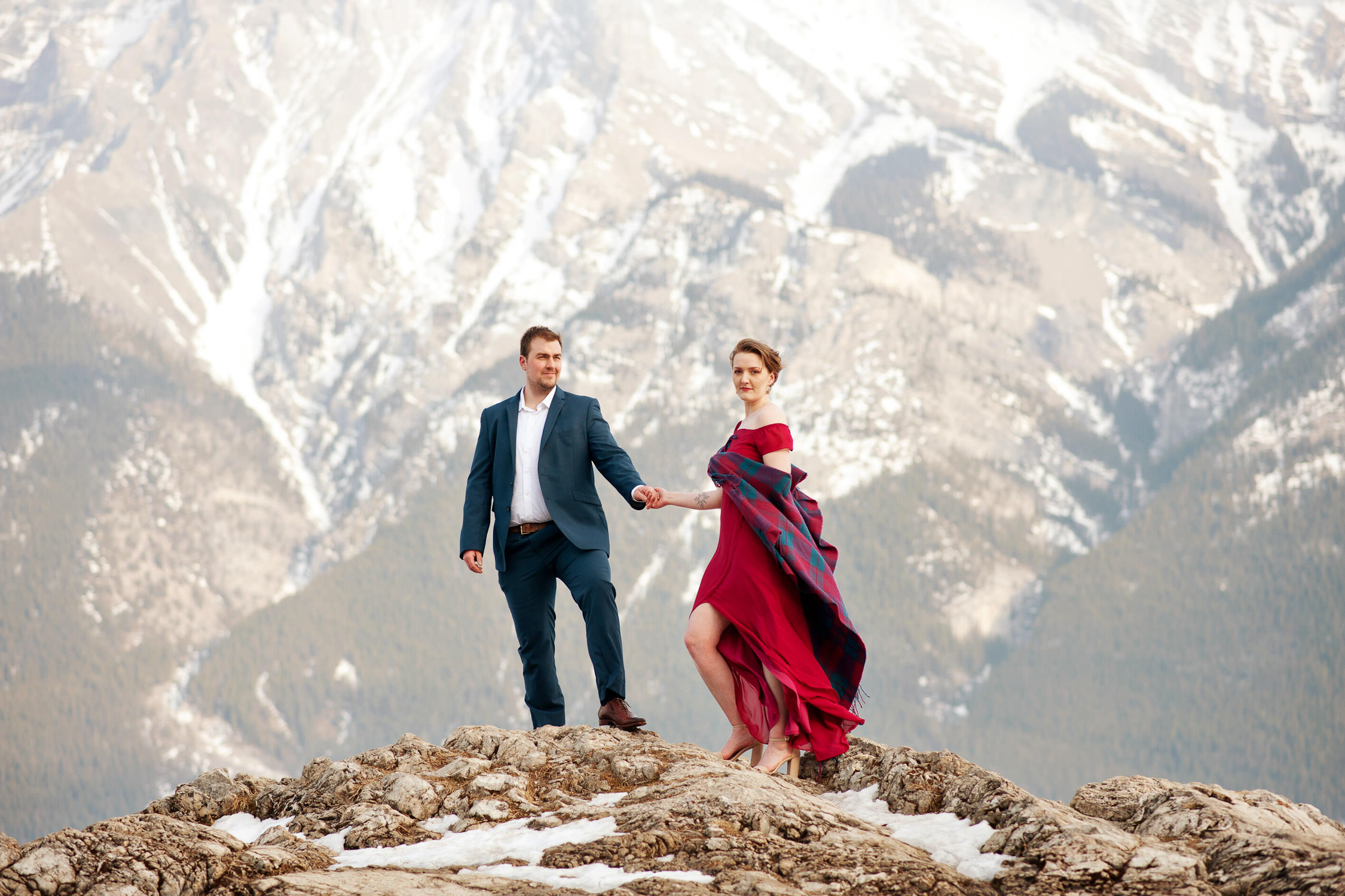couple at Lake Minnewanka captured by Calgary wedding photographer Tara Whittaker