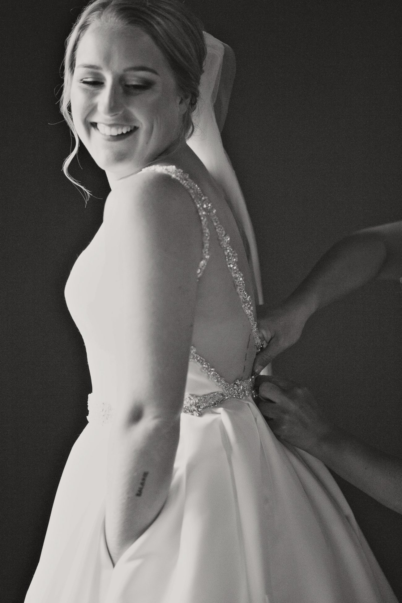 The bride gets ready for her Creekside Villa wedding captured by Tara Whittaker Photography