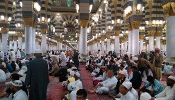 Saf Salat Dipisah Tiang Masjid
