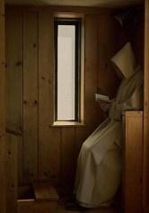 Monge em oração no oratório