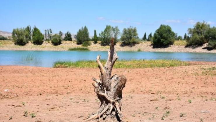 Korkutan görüntü! Serpincik Göleti'nde su 30 metre çekildi
