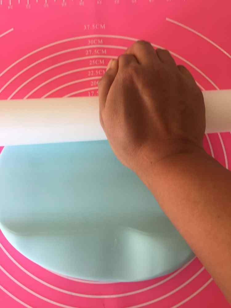 Aplanar la pasta de azucar