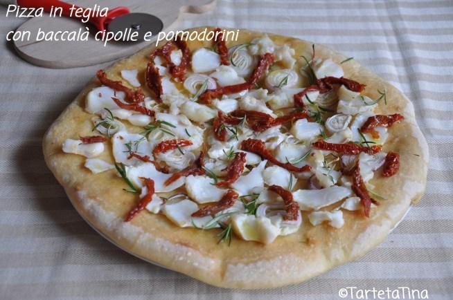 Pizza in teglia con baccalà cipolle e pomodorini