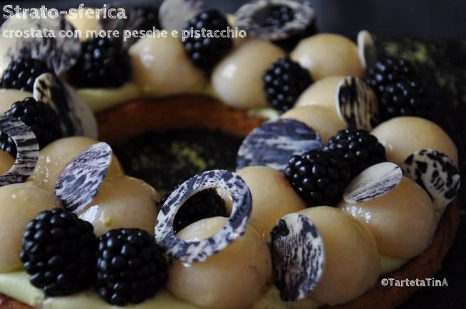 crostata con more pesche e pistacchio