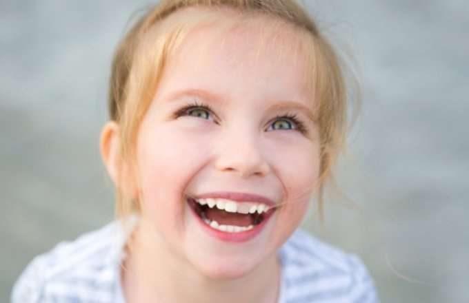 اسباب تغير لون الاسنان عند الاطفال