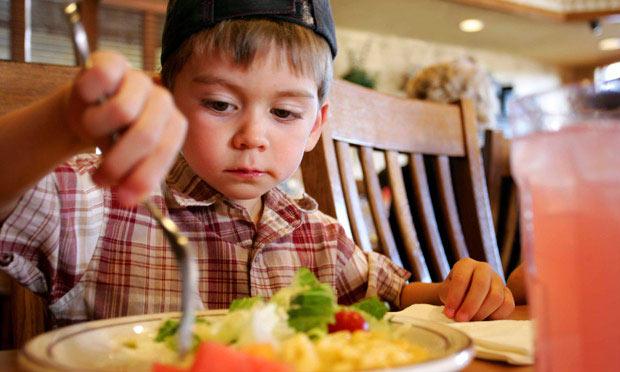 هكذا تشجّعين طفلك على تناول طعام صحي