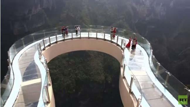 الصين.. السياح على سطح أعلى وأطول ممشى زجاجي