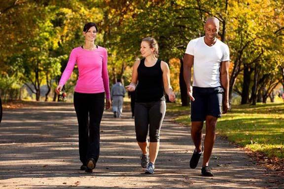 طريقة المشي تساعد في الظهور بهيئة الشباب