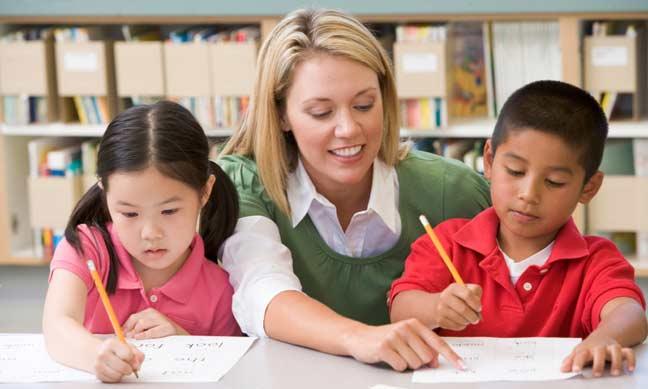 تعليم الأطفال الكتابة بخط اليد قد يغيّر حياتهم