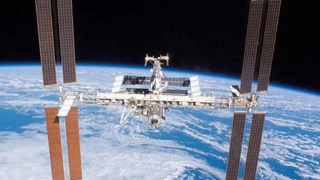 بريطاني يتصل بالمحطة الفضائية الدولية بالراديو