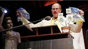 عالم استرالي يحصل على جائزة الحماقة العلمية بعد أن أرجع بيضة مسلوقة إلى حالتها النيئة