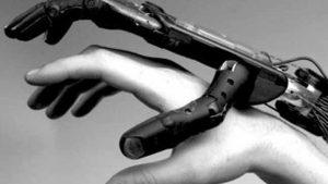"""روسيا...ابتكار """"روبوت- قفاز"""" لإعادة حركة اليد بعد الجلطة الدماغية"""
