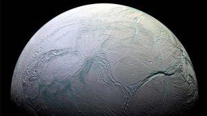 """العلماء يؤكدون وجود مُحيط متدفق تحت سطح قمر زحل """"إنسيلادوس"""""""