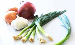 من يتناول التفاح والبصل والتوت أقل عرضة للأمراض