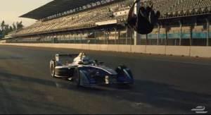 بهلواني يقوم بقفزة مرعبة أمام سيارة فورمولا E
