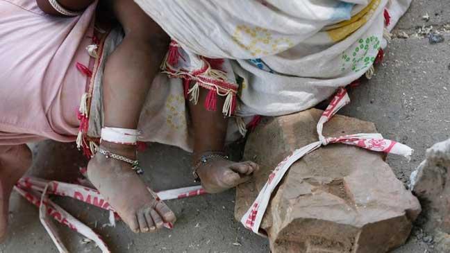 لماذا تربط هذه الأم طفلتها 9 ساعات يوميا إلى صخرة؟