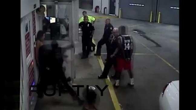 شرطي أمريكي يعتدي بوحشية على امرأة مكبلة اليدين