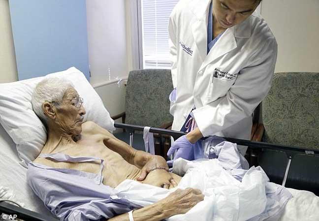 عملية جراحية غريبة تنقذ يد أمريكي من البتر