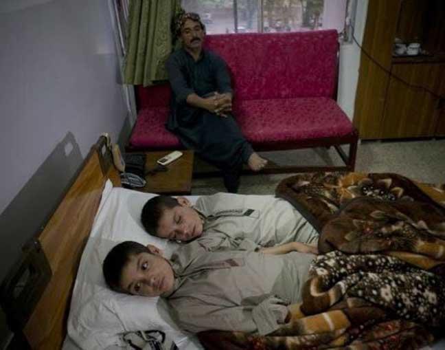 باكستانيان مقعدان ليلا صحيحان نهارا