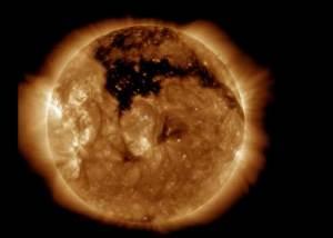 علماء ناسا يرصدون ثقبا أسود عملاقا في الشمس