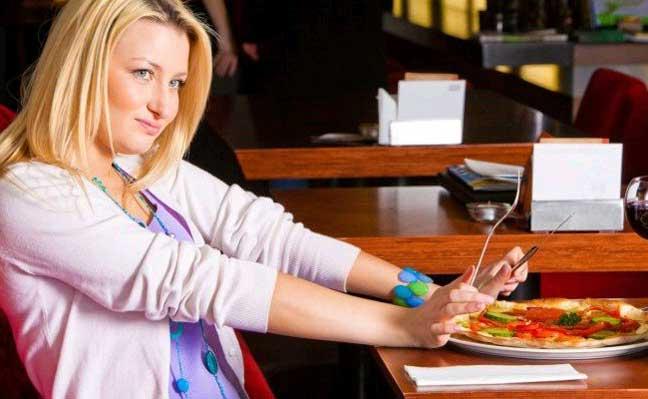 حيلة بسيطة تمنع الإكثار من تناول الطعام.. تعرفوا عليها