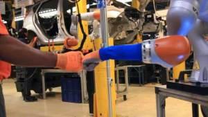 """في مصانع """"فورد"""" البشر والروبوتات فريق عمل واحد"""