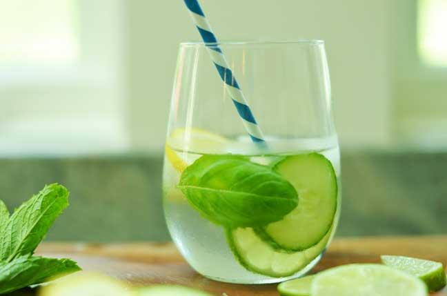 ما سرّ وضع قطع الخيار بداخل ماء الشرب؟