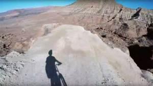 لقطات جنونية لمغامر يتحدى الموت في المنحدرات الجبلية